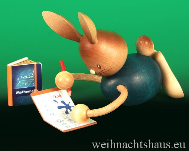 Seiffen Weihnachtshaus - Stupsi         Osterhase- Kuhnert  im Homeschooling liegend mit Heft Neu 2021 - Bild 1