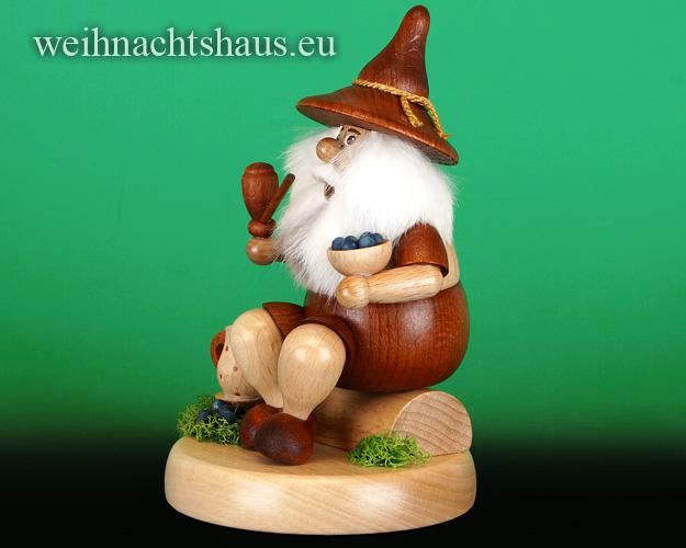 Seiffen Weihnachtshaus - <!--01-->Räuchermann Wichtel sitzend Heidelbeersammler - Bild 2