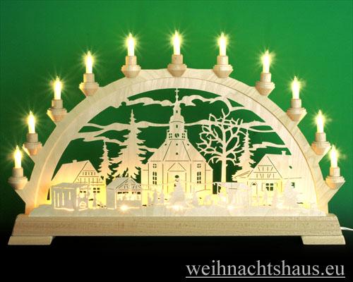 Seiffen Weihnachtshaus - Schwibbogen 16 Kerzen Seiffener Kirche mit Weihnachtsmarkt 63 cm - Bild 1