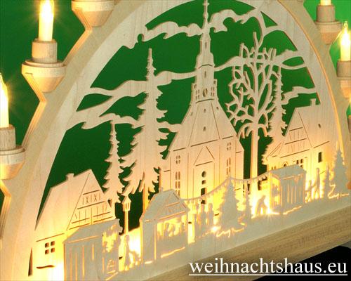 Seiffen Weihnachtshaus - Schwibbogen 16 Kerzen Seiffener Kirche mit Weihnachtsmarkt 63 cm - Bild 2